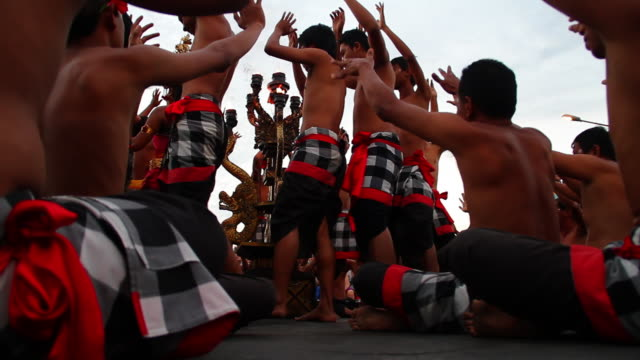 vidéos et rushes de ms balinese ceremony audio / bukit penninsula, bali, indonesia - bras humain