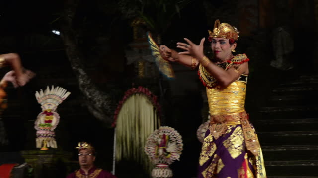vídeos de stock e filmes b-roll de ms balinese couple dancer is performing oleg tamulilingan dance ( love story ) in puri saraswati temple audio / ubud, bali, indonesia, asia - gamelão