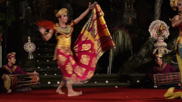 vidéos et rushes de ms balinese couple dancer is performing oleg tamulilingan dance ( love story ) in puri saraswati temple audio / ubud, bali, indonesia, asia - coiffe traditionnelle