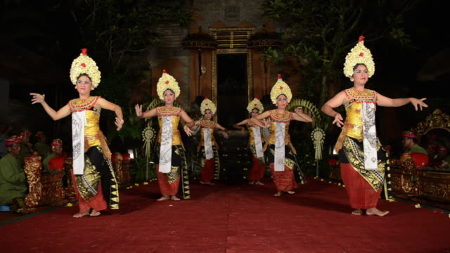 vidéos et rushes de ms balinese dancer are performing telek mask dance ( jauk ) in palace audio / ubud, bali, indonesia, asia - coiffe traditionnelle