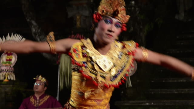 vídeos de stock e filmes b-roll de ms balinese dancer is performing kebyar terompong dance in front of gamelan orchestra in puri saraswati temple audio / ubud, bali, indonesia, asia - gamelão