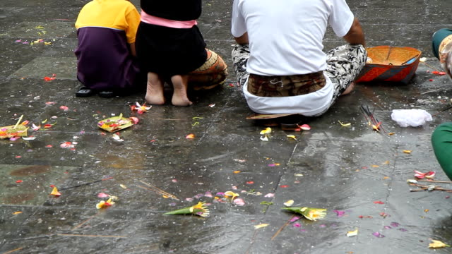 ms balinese family praying in temple - ubud district stock videos & royalty-free footage