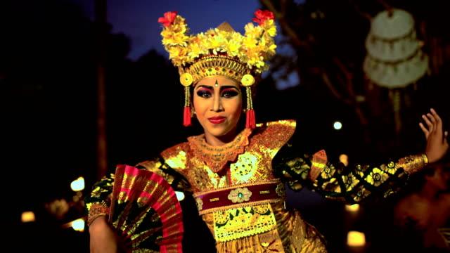 vídeos y material grabado en eventos de stock de balinese female artistic dancer performing in ceremonial costume - cultura indonesia