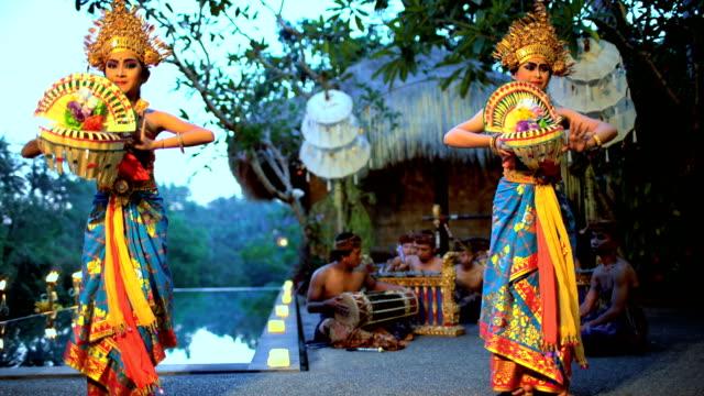 vídeos y material grabado en eventos de stock de balinese females performing artistic dance in traditional costume - culturas