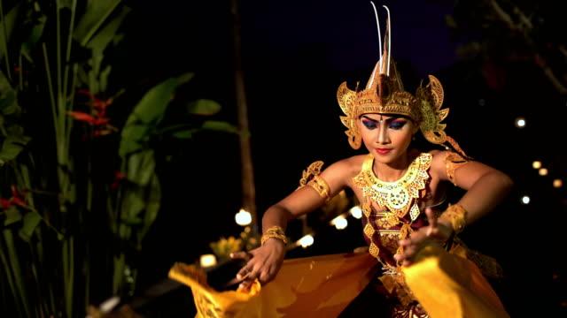 vídeos y material grabado en eventos de stock de balinese females performing artistic dance in traditional costume - cultura indonesia