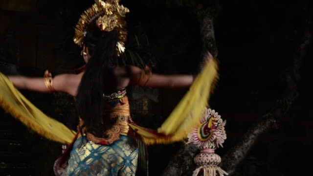 vidéos et rushes de ms ts balinese girl dancer is performing oleg tamulilingan dance ( love story ) in puri saraswati temple audio / ubud, bali, indonesia, asia - coiffe traditionnelle