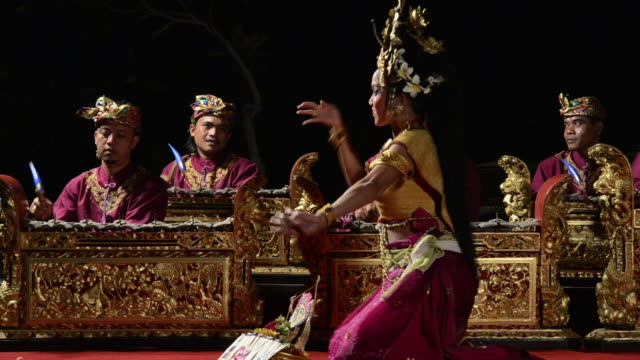 vídeos de stock e filmes b-roll de ms balinese girl dancer is performing tari penyambutan dance ( goddess of moon ) in front of gamelan orchestra in puri saraswati temple audio / ubud, bali, indonesia, asia - gamelão