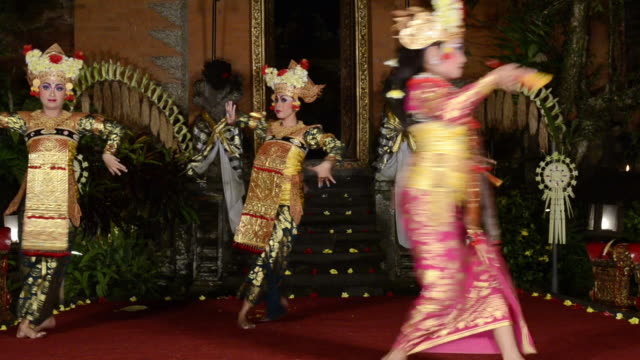 vídeos de stock e filmes b-roll de ms balinese girl dancers performing legong dance audio / ubud, bali, indonesia - gamelão
