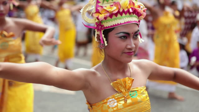 ms balinese girls dancing typical dance audio / bali, indonesia - indonesia video stock e b–roll