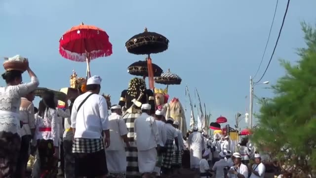 vidéos et rushes de balinese hindu devotees carry 'pratima' or a symbol of god during a cleansing ceremony called 'melasti' at a beach in bali indonesia on march 27 2017... - silence