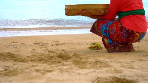 stockvideo's en b-roll-footage met ms pan balinese little ritual with canang sari - bali