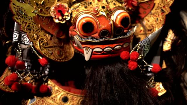 vídeos y material grabado en eventos de stock de balinese magical dragon mask figure ancient culture performance - cultura indonesia