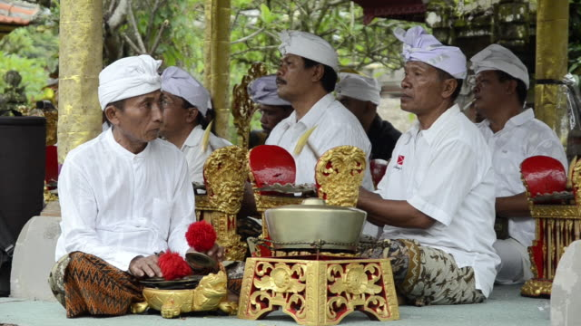 vídeos de stock e filmes b-roll de ms balinese musicians playing traditional gamelan orchestra in pura desa temple audio / ubud, bali, indonesia, asia - gamelão