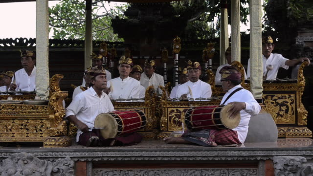 vídeos de stock e filmes b-roll de ms balinese musicians playing traditional gamelan orchestra in pura dalem puri temple audio / ubud, bali, indonesia - gamelão
