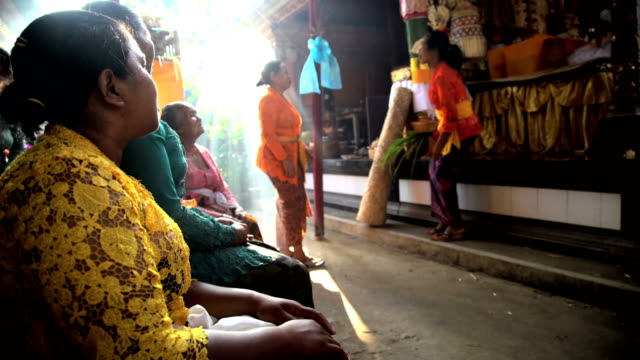 vídeos y material grabado en eventos de stock de balinese people preparing to perform traditional wedding celebration - bali