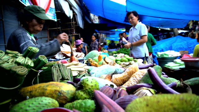 balinese street market selling fruit and vegetables indonesia - bancarella video stock e b–roll