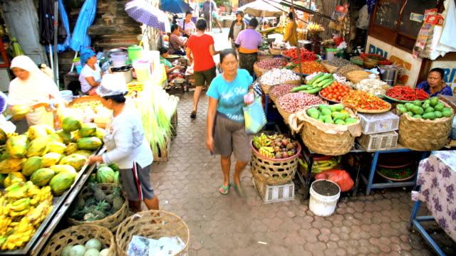 balinese street market selling fruit and vegetables indonesia - street food stock videos & royalty-free footage