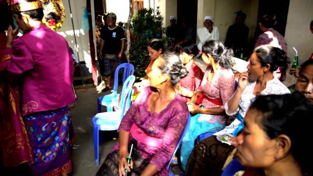 vídeos de stock, filmes e b-roll de balinese traditional wedding bride and groom meeting guests - tradição