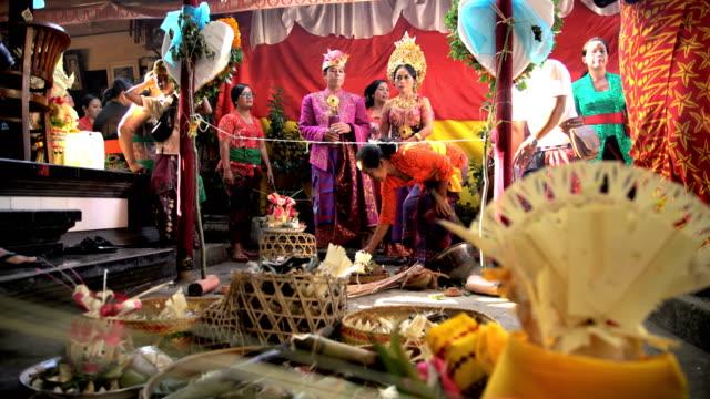 vidéos et rushes de balinese wedding bride and groom in local ceremony - cérémonie