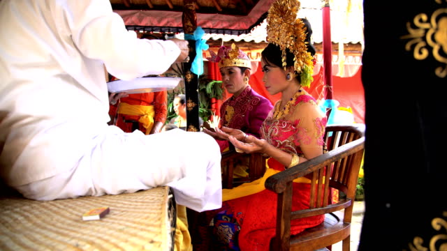 balinese wedding bride and groom in local ceremony - バリ島点の映像素材/bロール