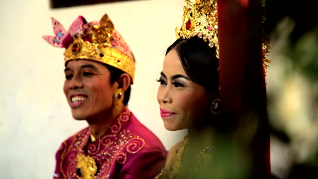 vídeos y material grabado en eventos de stock de balinese wedding bride and groom in traditional dress - cultura indonesia