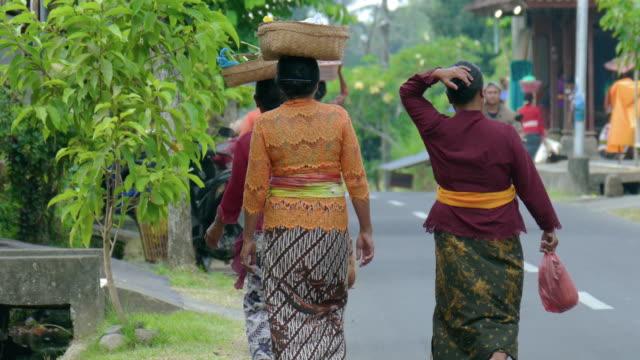 ms balinese women carrying baskets on heads, ubud, bali, indonesia - ubud stock videos & royalty-free footage
