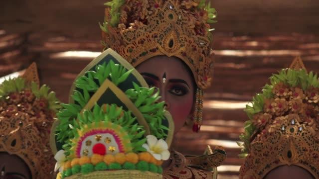 vídeos de stock, filmes e b-roll de balinese women dancing tari metangi dance in bali indonesia - arte, cultura e espetáculo