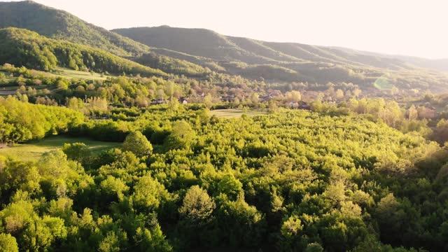 vídeos y material grabado en eventos de stock de montaña balcánica - puesta de sol. disparo aéreo sobre campos verdes y bosques - televisión de ultra alta definición