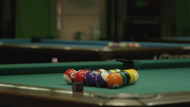 vídeos de stock e filmes b-roll de ball break on a pool table - mesa de bilhar