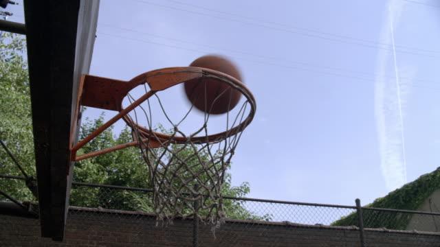 ms, ball falling through basketball hoop - バスケットボールのシュート点の映像素材/bロール
