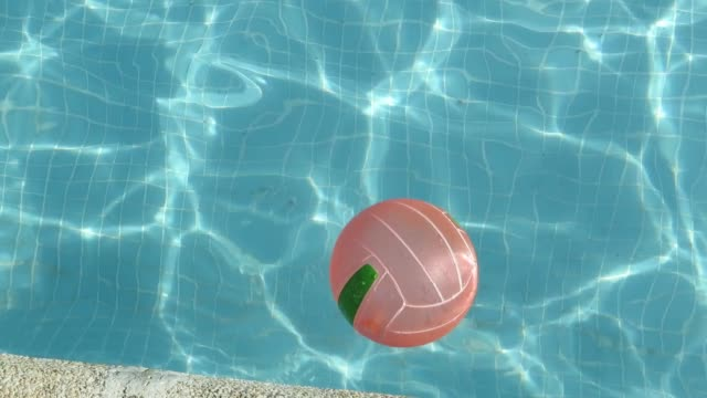 vidéos et rushes de ball floating in the pool - ball
