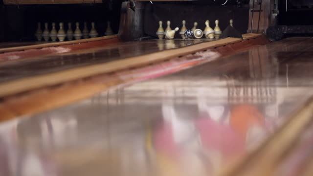 stockvideo's en b-roll-footage met ball hits rubberband duckpin bowling pins for strike - bowlingbal