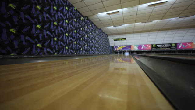 vídeos de stock, filmes e b-roll de ws ball rolling down lane / dover, new hampshire, usa - cancha de jogo de boliche