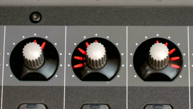 mixing board ballance auf - getönt stock-videos und b-roll-filmmaterial