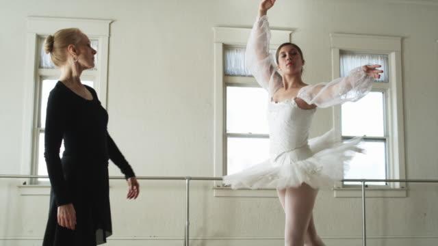 vídeos de stock, filmes e b-roll de ballerina and her instructor - plano americano