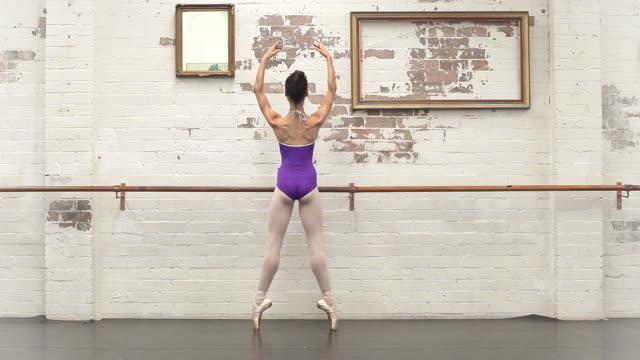 ballerina balances en pointe - auf den zehenspitzen stock-videos und b-roll-filmmaterial
