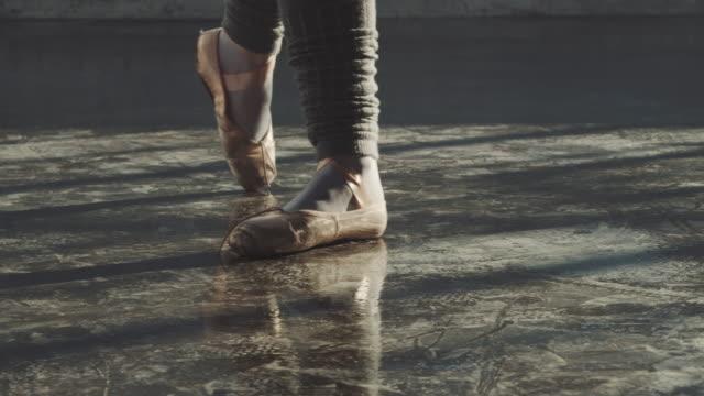 ballerina balancing on tiptoe in studio - tiptoe stock videos & royalty-free footage
