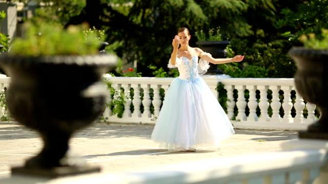 vídeos de stock, filmes e b-roll de bailarina dança em um belo parque - teatro clássico