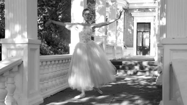 vídeos de stock, filmes e b-roll de bailarina dança em the alley no parque - teatro clássico