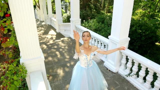 vídeos de stock, filmes e b-roll de bailarina dança em um parque alley - teatro clássico