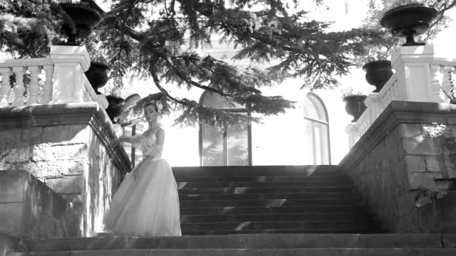 vídeos de stock, filmes e b-roll de bailarina dança nas escadas no parque - teatro clássico