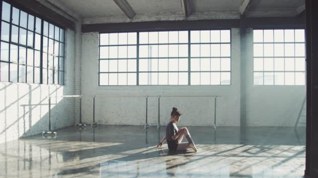 vídeos de stock e filmes b-roll de ballerina expressing her emotions while dancing - ballet