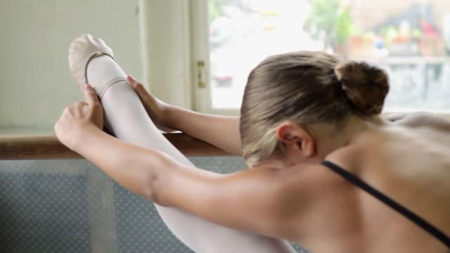 stockvideo's en b-roll-footage met ballerina girl stretching her leg - gympak