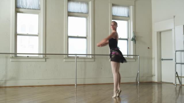 ballerina in a dance studio - ユタ州スプリングヴィル点の映像素材/bロール