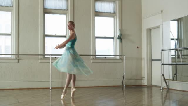 vídeos de stock, filmes e b-roll de ballerina in a dance studio - pirouette