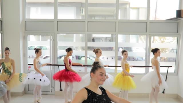 ballerina in eleganten kleid - ballettstudio stock-videos und b-roll-filmmaterial