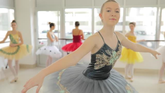 vídeos y material grabado en eventos de stock de bailarina con vestido elegante - malla de gimnasia