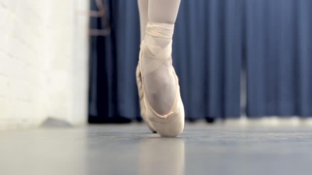 vídeos y material grabado en eventos de stock de ballerina in the studio - en pointe - de puntas