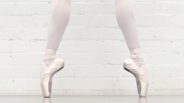 Ballerina in the studio - en pointe