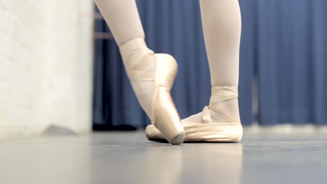 ballerina in the studio - en pointe stock videos and b-roll footage